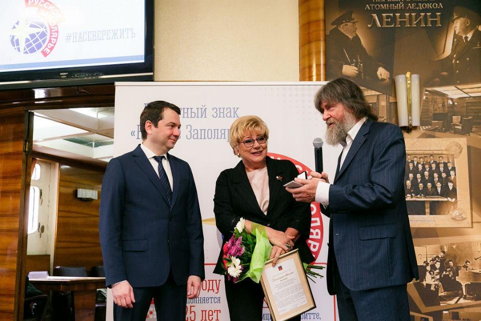 """Одной из первых, кому вручили знак """"Русское Заполярье"""", стала наша коллега Елена Белкина. Фото: gov-murman.ru"""