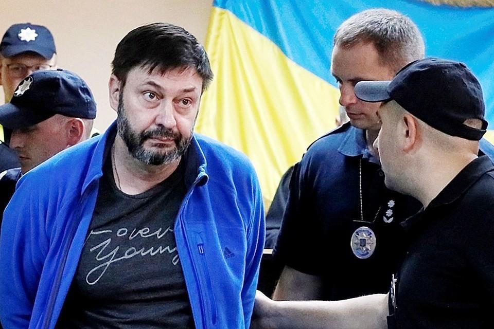 Вышинский был доставлен в здание суда под конвоем и в наручниках
