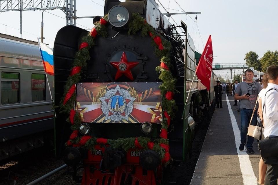 Тянет состав советский паровоз П-36