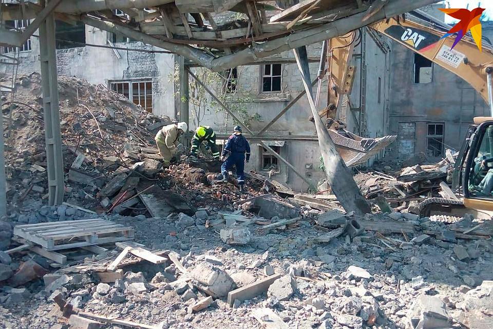 По предварительной информации, два человека погибли в Волхове при обрушении здания завода.