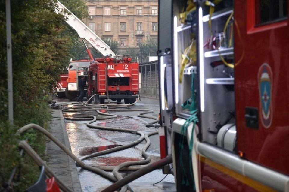 Посетитель ресторана сообщил, что воспламенилась розетка от кондиционера и начался пожар.