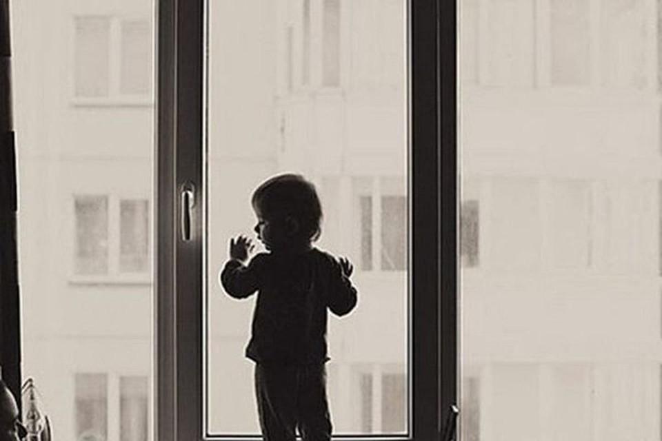 В Новосибирске выпал из окна маленький ребенок.