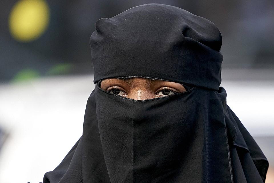 Никаб — мусульманский женский головной убор, закрывающий лицо.