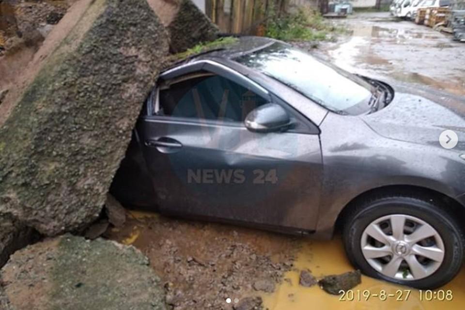 На две машины во Владивостоке обрушилась стена. Фото: Vlnews24