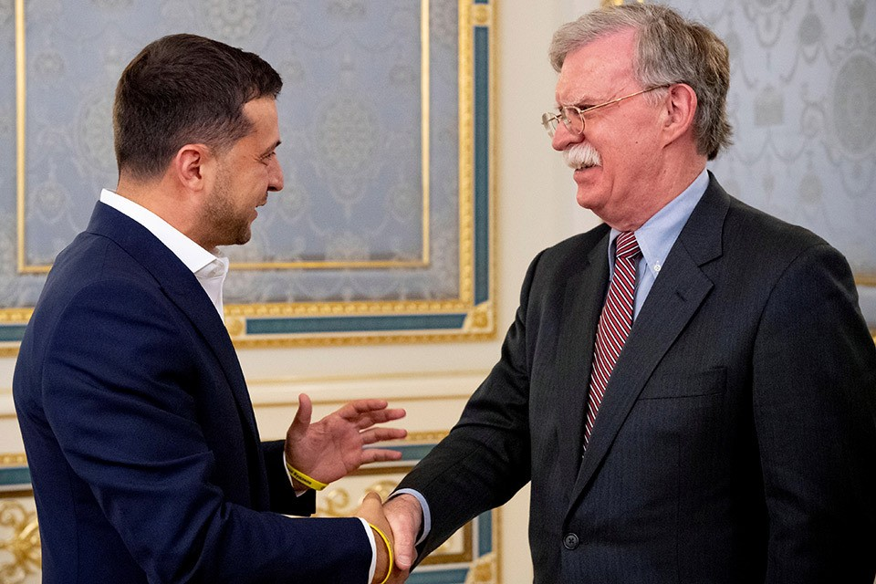 Джон Болтон и Владимир Зеленский перед началом переговоров в Киеве.