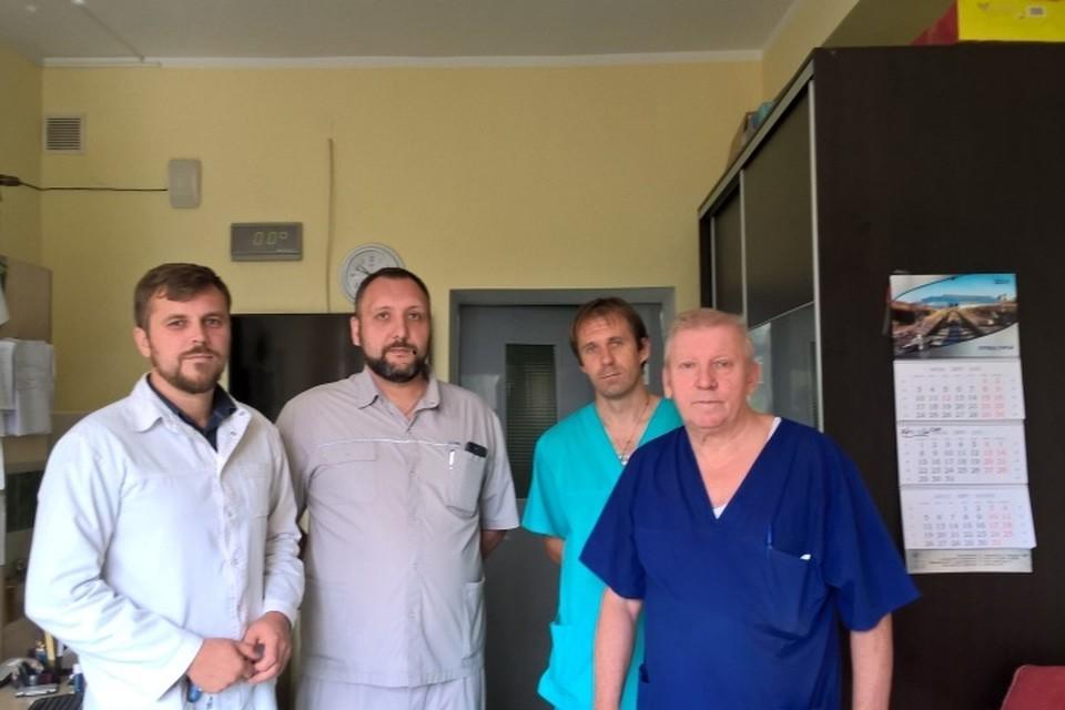 Главврач Александр Гельд (второй слева) и его коллеги все лето оказывали помощь не только местным жителям, но и многочисленным гостям.