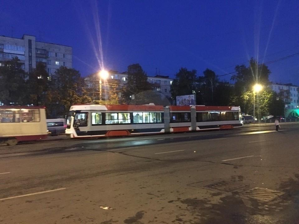 """Новый трамвай застрял у правительства области. Фото: сообщество """"Челябинский транспорт""""."""