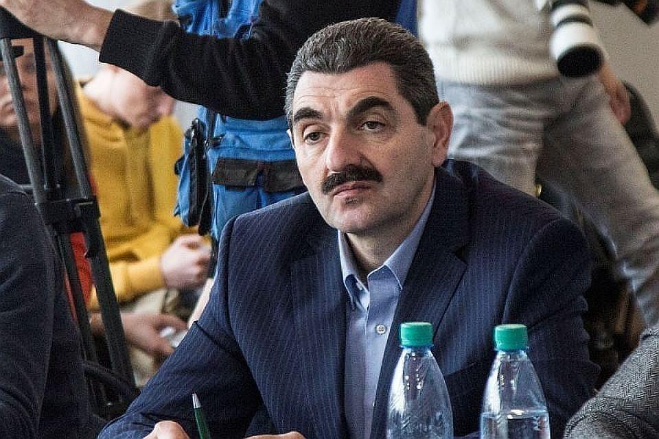 Армен Бежанян по сюжету сериала играет продавца обуви
