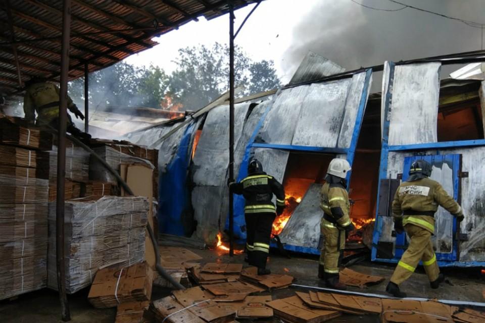 Сильный пожар разыгрался на складе упаковки в Биробиджане