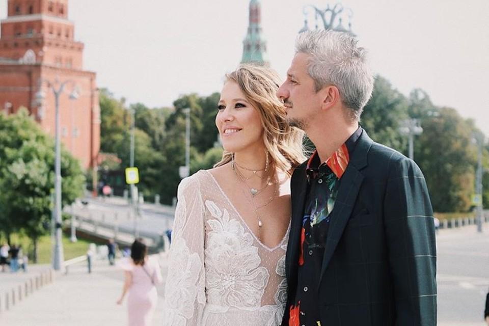 Собчак и Богомолов возложили цветы на Боровицкой площади в центре Москвы. Фото: instagram.com/xenia_sobchak