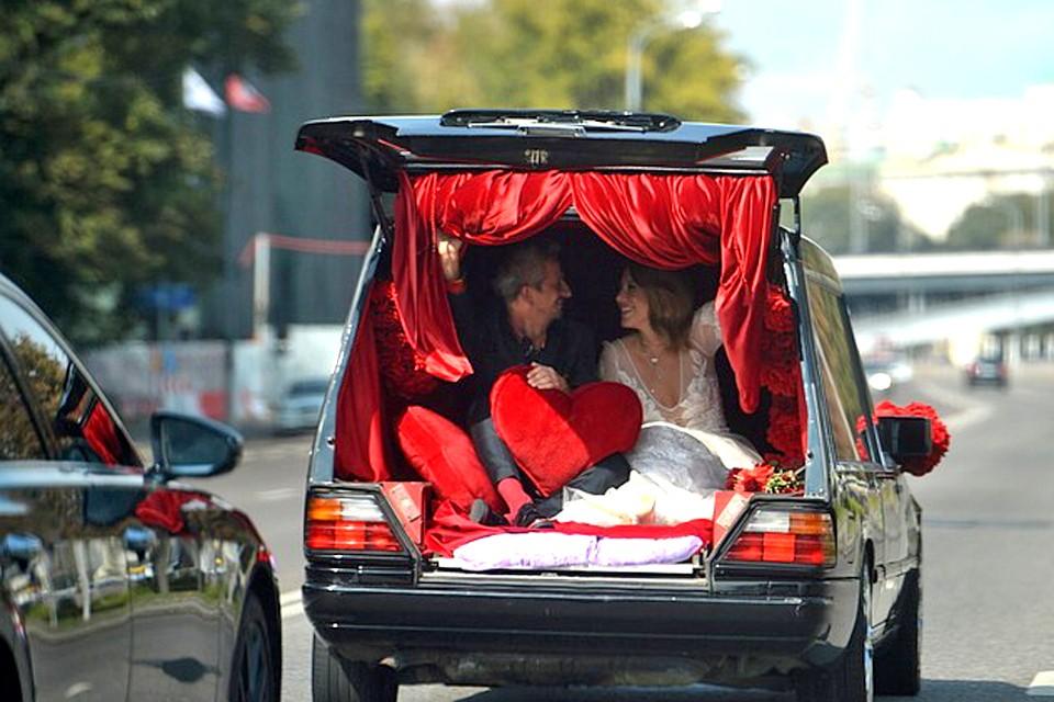 Звездная парочка отправилась на венчание на катафалке. Фото: Дмитрий Сергеев.