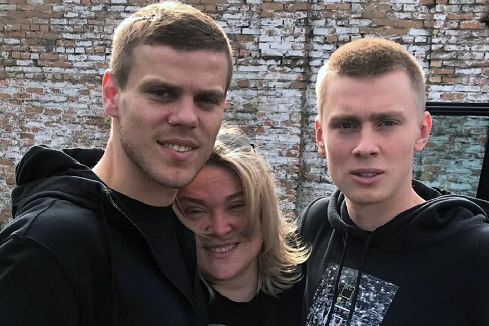 Александр Кокорин (слева) с мамой и братом