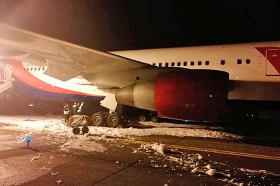 Авиакомпания AZUR air приняла решение выплатить пассажирам Боинга, который совершил экстренную посадку в Барнауле, компенсацию. Фото: Западно-Сибирское управление на транспорте Следственного комитета РФ.