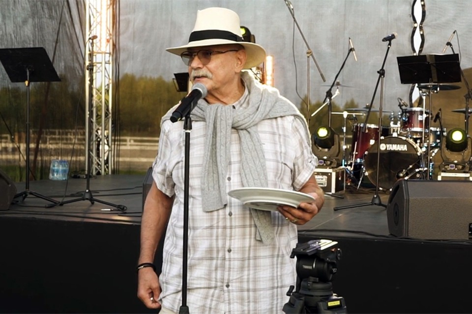 В своей любимой белой шляпе и в стильном белом свитере, выглядит 74-летний Михалков дай бог каждому