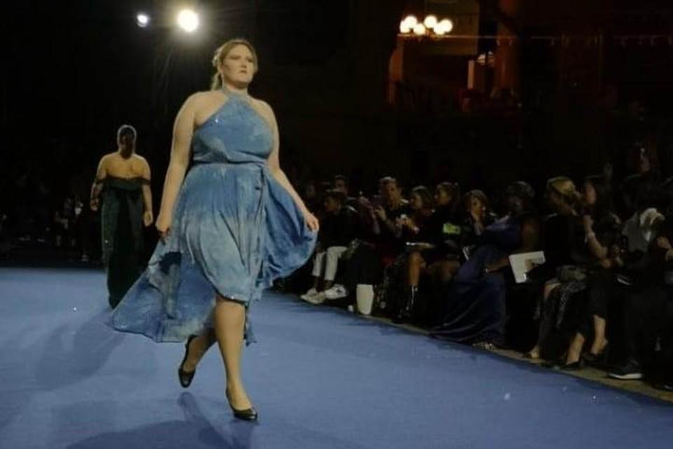 Модель выступила на Неделе парижской моды
