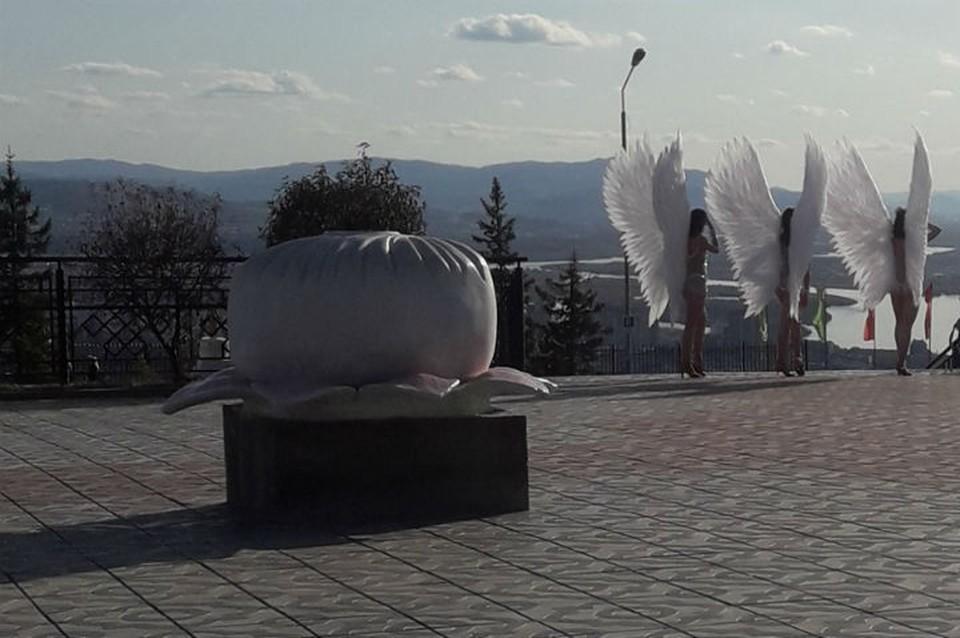 """""""Бесстыжие! Позор!: полуголые девушки с крыльями за спиной устроили шоу возле дацана в Бурятии. Фото: паблик аноним03 vkontakte"""