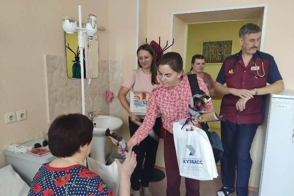 Сотрудники медиахолдинга «Кузбасс» поздравили пенсионеров с Днем пожилого человека