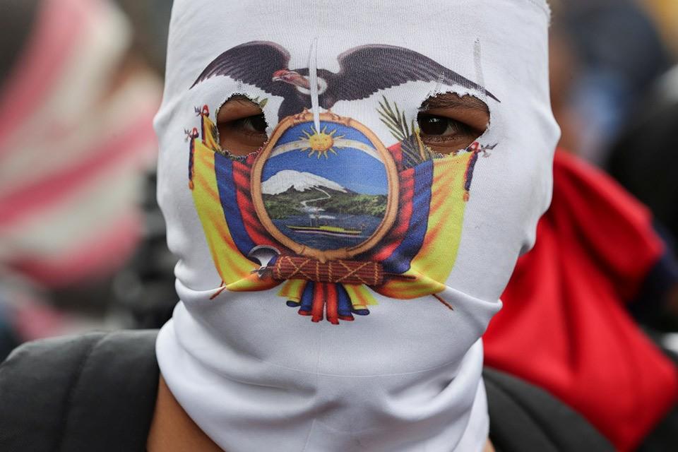 Участник уличных протестов в столице Эквадора.