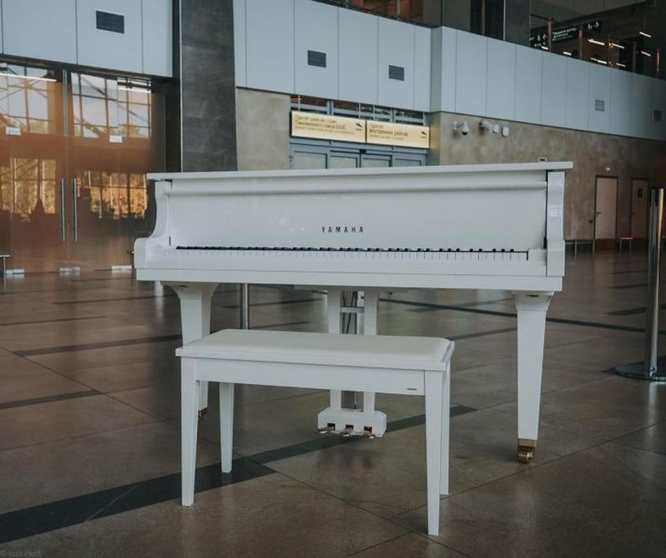 В аэропорту Красноярска установили белоснежный рояль в зоне прилета Фото: аэропорт Красноярска