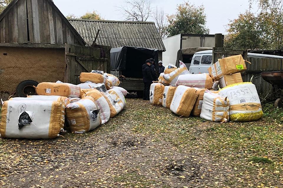 Тюки с вещами обнаружили во дворе дома. ФОТО: Пресс-служба Пограничного управления по Брянской области.