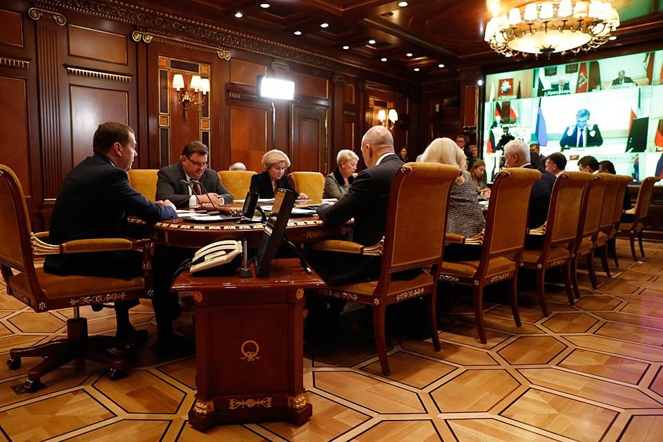 Медведев потребовал от всех губернаторов письменно объяснить срыв сроков ввода социальных объектов. Фото: Дмитрий Астахов/POOL/ТАСС