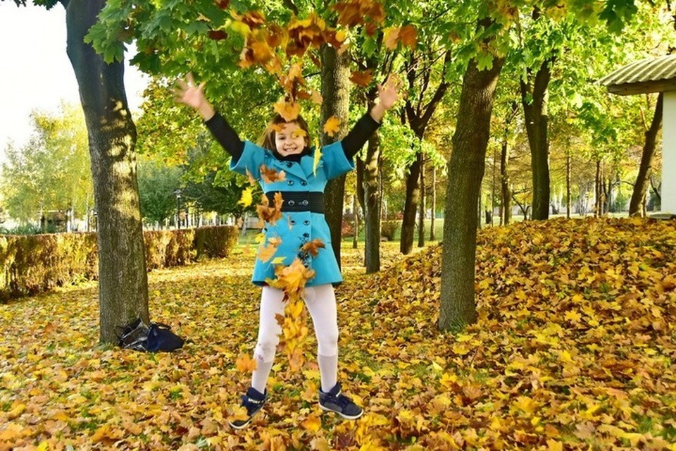 То, что для ребенка - радость, для коммунальщиков - ежегодная осенняя морока. Фото: Евгении Карпачевой