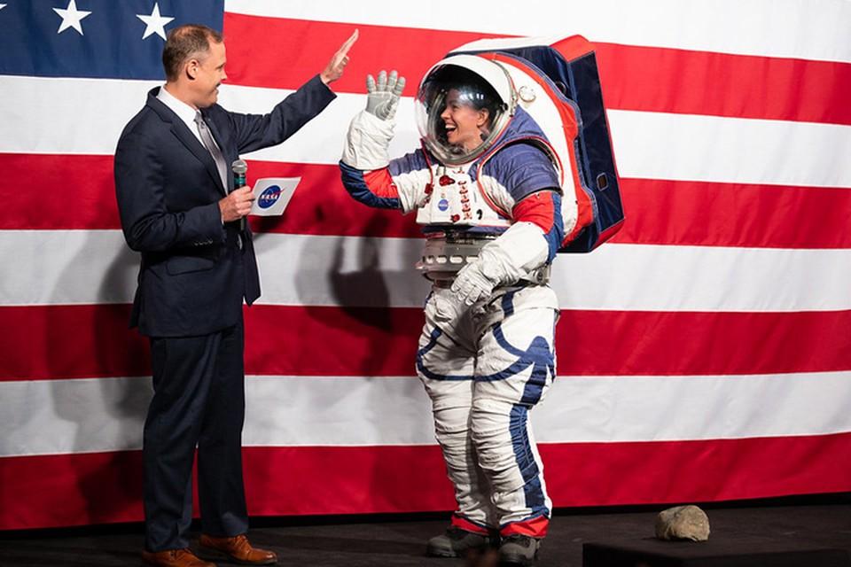 NASA показала скафандры, в которых экипажам предстоит высадиться на Луну