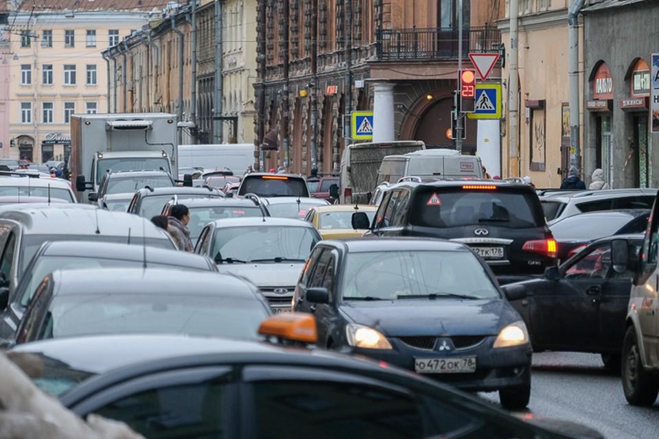 В Смольном водителей призывают не беспокоиться: ограничивать скорость в центре Санкт-Петербурга до 50 и 30 километров в час никто пока всерьез не планирует.