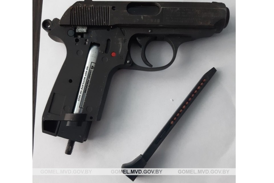 Водитель не стал скрывать, что в багажнике лежит пистолет. Фото: УВД Гомельского облисполкома.