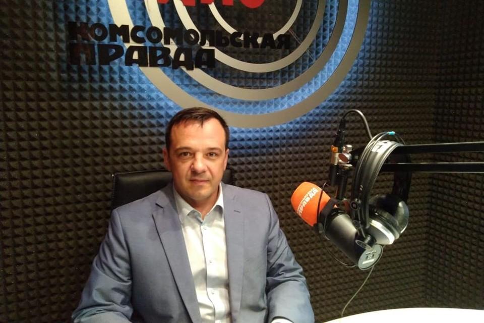 Глава фракции ЛДПР в Горсовете Новосибирска Евгений Лебедев регулярно отвечает на вопросы горожан в эфире Радио «Комсомольская правда».