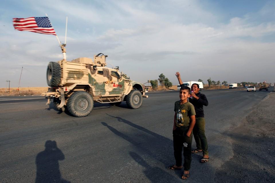 Американские колонны, уходящие из Сирии в сторону Ирака щедро осыпают проклятиями, ругательствами камнями и протухшими помидорами.