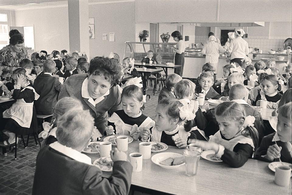 Московская средняя школа № 40. Первоклассники в столовой. Фото сделано 1 сентября 1973 года.