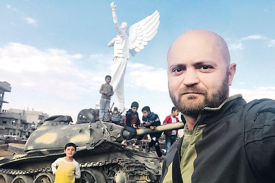 4 года назад Саша Коц (на фото) не мог надеяться, что сделает селфи на самом севере Сирии - в городе Кобани. Сейчас большая часть Сирии отвоевана. Фото: Личный архив Александра Коца