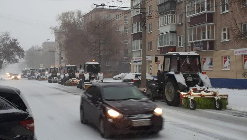 На ул. Сони Кривая в центре города вышла спешно техника. Битва продолжается. Фото: Марк Рискин.