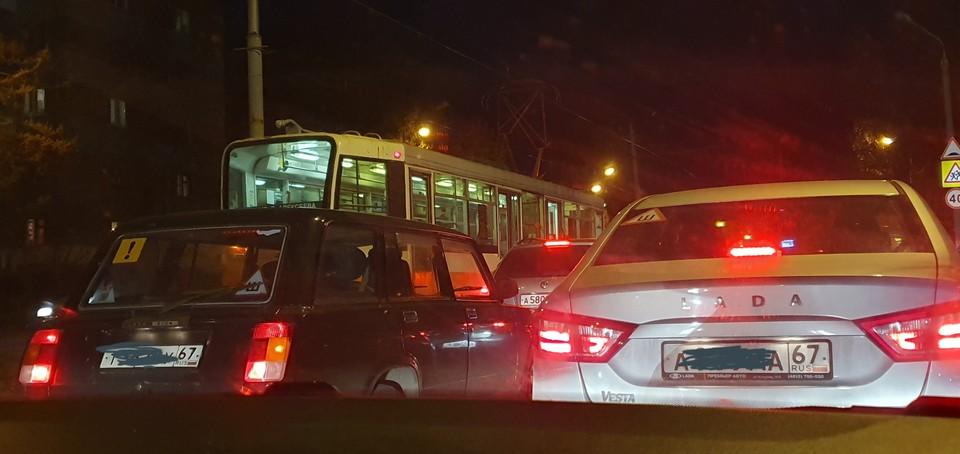 ДТП с трамваем парализовало движение на дамбе в Смоленске.