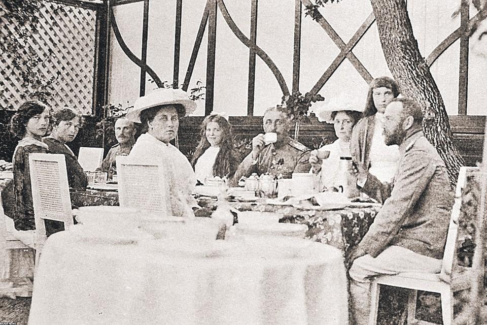 Николай II (справа) любил семейные чаепития, но сладкое доставалось не ему, а детям.
