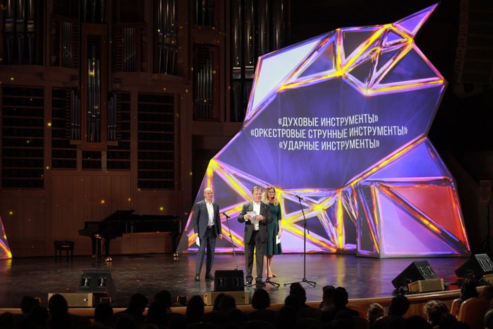 Член авторитетного жюри Игорь Бутман объявляет победителей. Фото Ирины ДОРОНИНОЙ