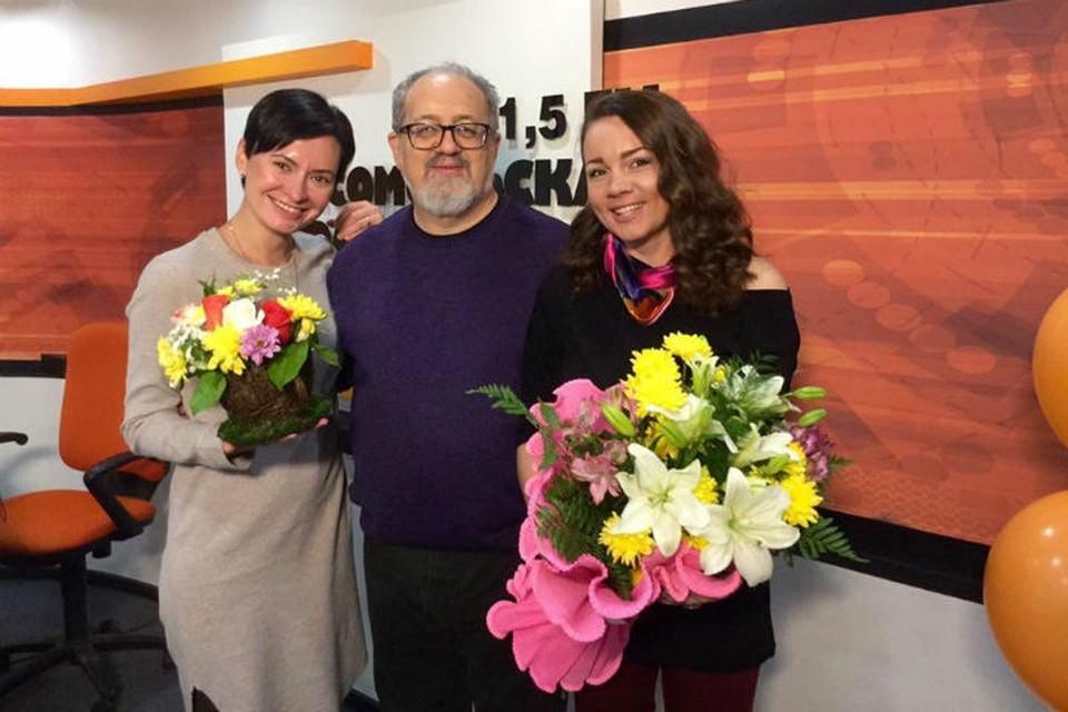 Ведущие Евгения Дмитриева и Наталья Кравченко с профессором Станиславом Гольдфарбом.