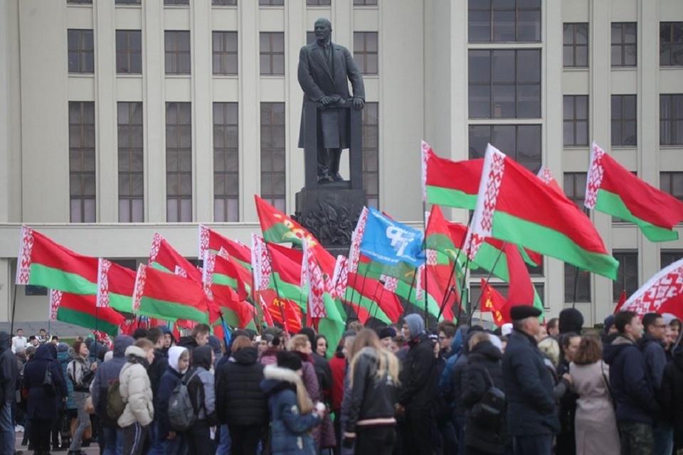 День Октябрьской революции собрал в центре Минска несколько сотен человек