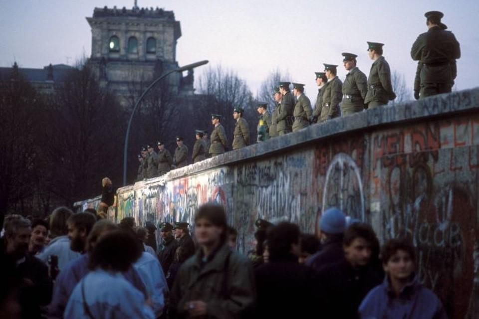 Когда стало ясно, что стена стала бесполезной, немецкие пограничники сначала по привычке пытались оттеснить толпу от нее, но затем все же открыли границу. Фото: globallookpress.com