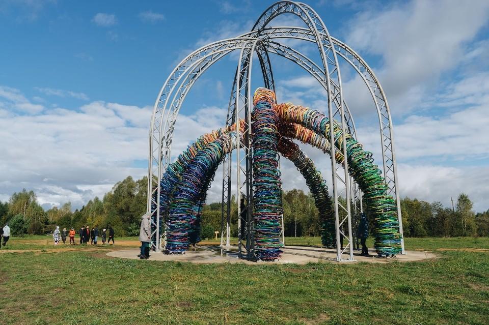Угруан - 28-метровая разноцветная инсталляция из ивовой лозы Фото: Максим Чернышев, vk.com/nikolalenivets