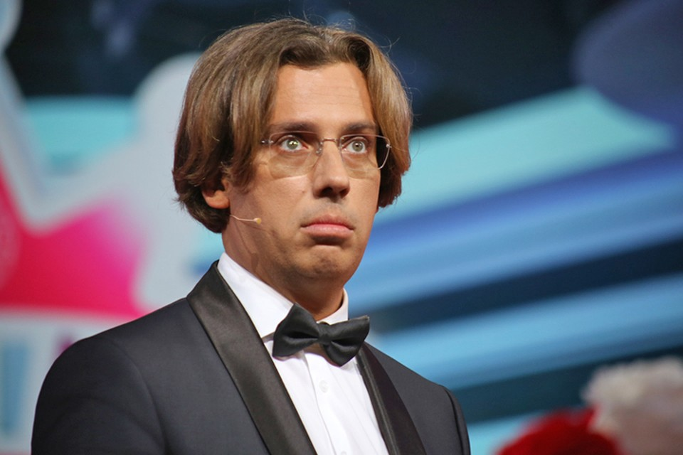 Максим Галкин показал на концерте в Новосибирске пародию на телеведущего Первого канала Артема Шейнина