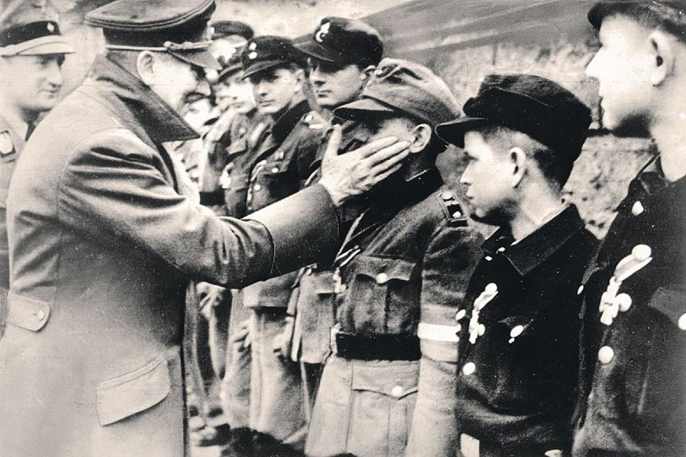 Одна из последних фотографий Гитлера. Фюрер, уже больной и осознавший, что поражение неминуемо, пытается вдохновить членов гитлерюгенда. 20 марта 1945 года.