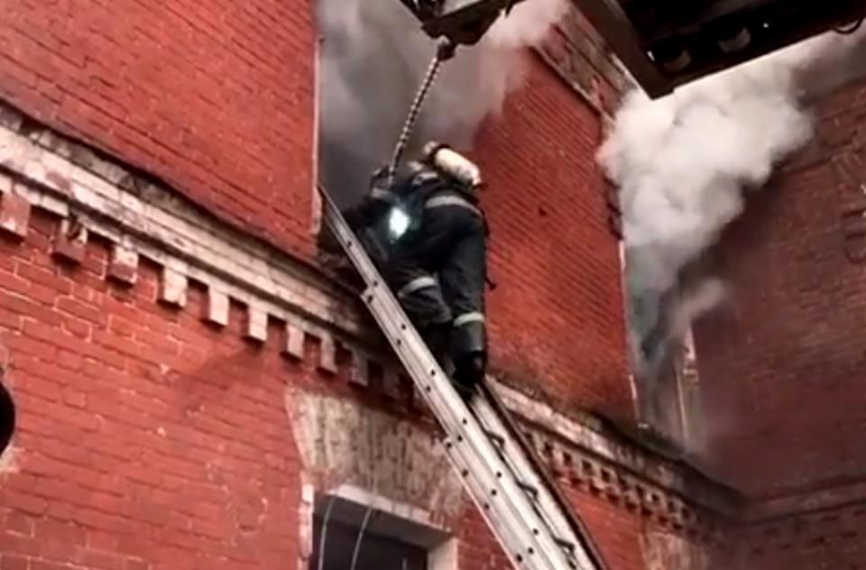 Пожар ликвидируют уже более 60 человек. Фото: с видео ГУ МЧС по Тверской области