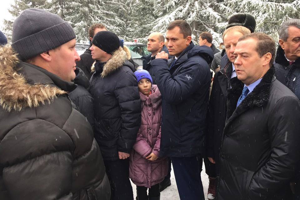 В среду, 13 ноября, премьер Дмитрий Медведев, совершающий трехдневную поездку по Сибири, решил посмотреть, как живет русская деревня.