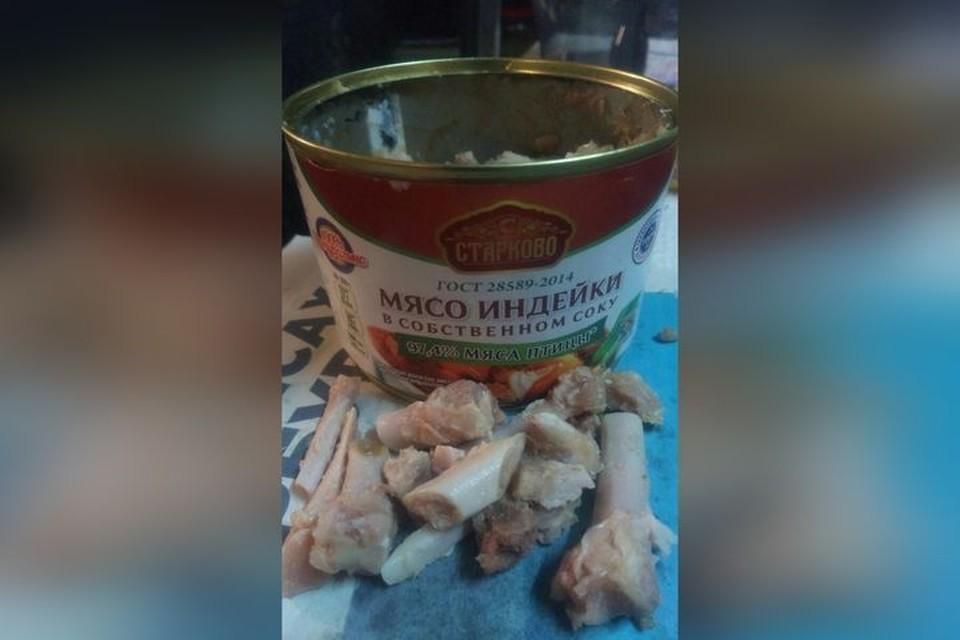 Вместо мяса в собственном соку женщине попались только кости. Фото: «Ревизорро Новосибирск»