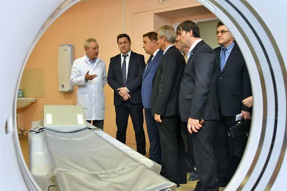 Михаил Ратманов и представили общественности проконтролировали, как работает новое высокотехнологичное оборудование. Фото: Юлия Рубцова.