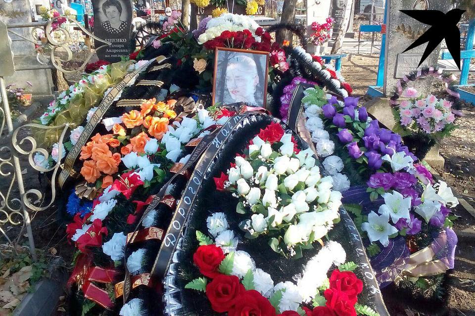 На могиле у Анастасии десятки венков от друзей и педагогов.