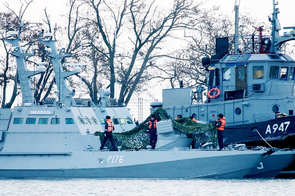 Суда после нарушения территориальных вод России в ноябре прошлого года, были задержаны и препровождены в порт Керчи. Фото: Сергей Мальгавко/ТАСС