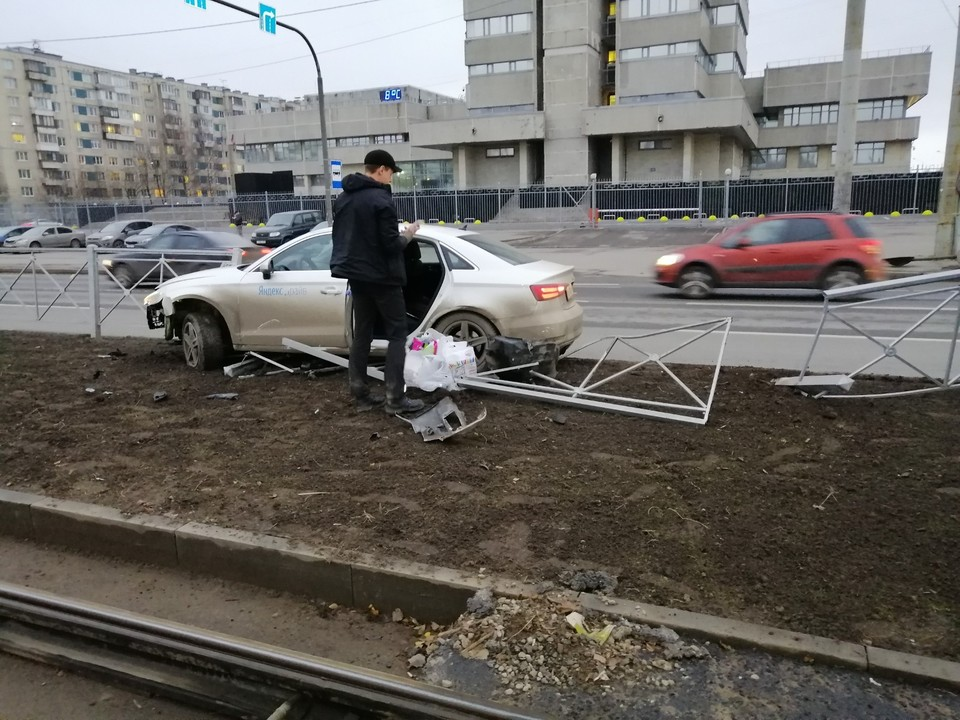 Водитель снес забор Фото: ДТП и ЧП Петербурга